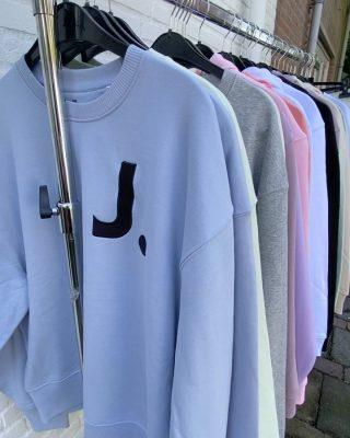 Wear more that makes you comfi🤍- all vegan @byjooz  • • • Oversized sweaters/hoodies €35  Joggingpants €30 Maten M/L  Combi's mogelijk!