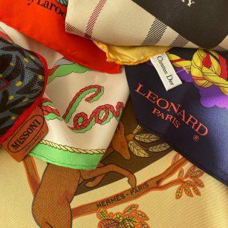 Each scarf  has its own tale ✨ Prachtige zijden vintage sjaaltjes  Hermès € 125 Guy Laroche € 25 Missoni € 69 Leonard € 49 Burberry € 99 Christian Dior € 99 👌❤️