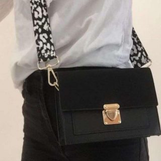 Keep calm and carry a fabulous  bag! 👜 Breda Bags € 25 Wij verkopen tijdelijk deze vega Breda Bags ,  incl 2 hengsels naar keuze! Afmetingen:18,5 x 14 x 5 cm Onderdeel van een tassen project van het OLV lyceum  📚🎓 ✨