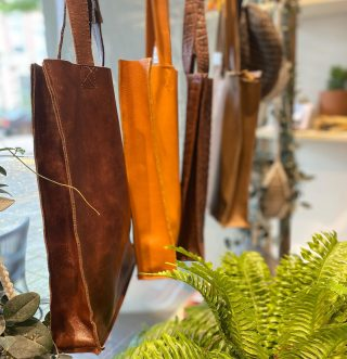 Walking hand-in-hand with the bag you love ♻️♻️♻️💚💚💚 - - - Sustainable leather bags local made in Dongen  € 49-€ 59