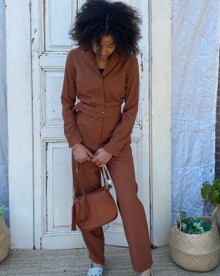 Be your own kind of beautiful ✨ Edited bruine jumper mt M € 49 Sluiting dmv knoopjes en stoffen riem  Vega cognac tas € 25 Espardrilles selected Femme mt 40 € 25 ♻️✅💚