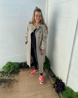 Autumn is awaking 🍂🍂🍂 - - - Custummade najaarsjas Dun gevoerd , sluiting door 2 mooie knopen en lint € 65 Als nieuw! Annick op foto heeft mt 36 en jas is maat 40