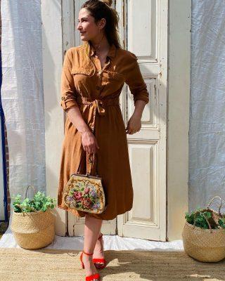 Moody weather 🌂☔️Roestbruine blouse jurk mt L € 55 Elastiek achterzijde en lint voorzijde , sluiting met knoopjes Tasje geborduurd € 29 Unisa koraal rode sandalette mt 37 tm 41  € 55 ✨