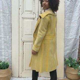Code yellow ☀️ Lammy coat vintage mt 40 € 75 Sluiting dmv drukkers, zacht suède met geel stukjes leer, 2 steekzakken en ook binnenzijde 2 zakken ✨